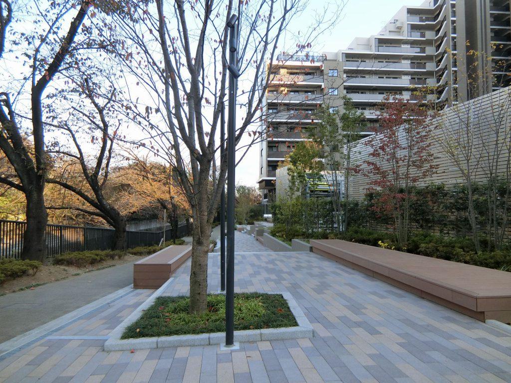 石神井川沿いの歩道と「アトラス加賀」の外観