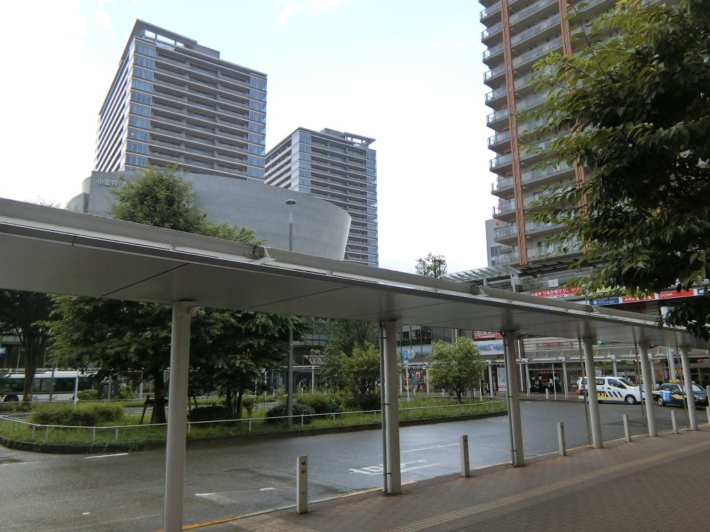 「武蔵小金井」駅前から見た「プラウドタワー武蔵小金井クロス」