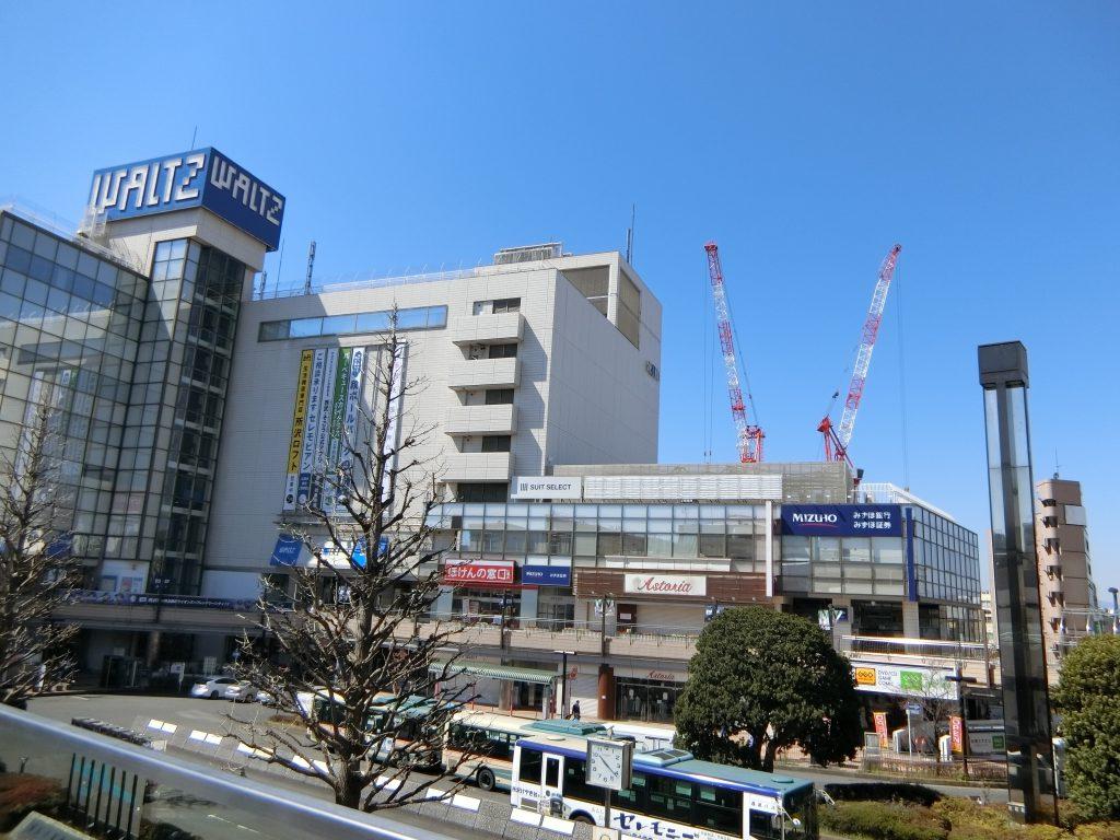 「所沢」駅西口から見た「シティタワー所沢クラッシィ」の現地方向