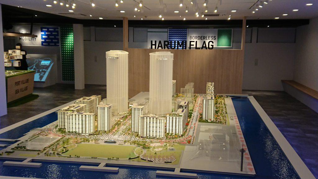 「HARUMI FLAG」のプレゼンテーション。タブレットを持ちながら開発概況の確認ができる