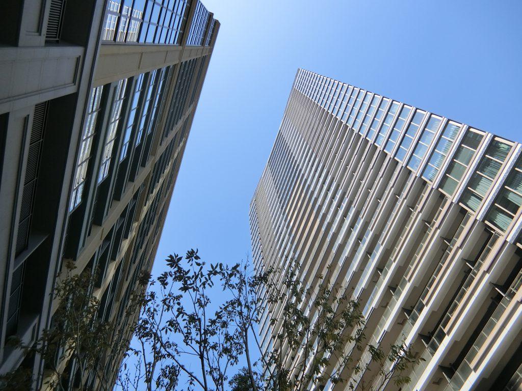 「シティタワー銀座東」(左)と「パークシティ中央湊 ザ タワー」(右)