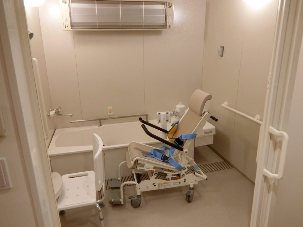 「パークウェルステイト浜田山」の介護用住戸のあるフロアにある浴室