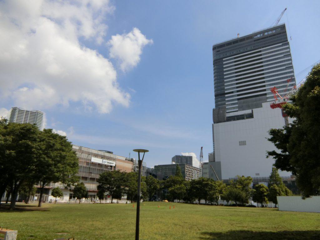 ららぽーと豊洲と豊洲駅前の複合再開発「豊洲ベイサイドクロス」の建設現場