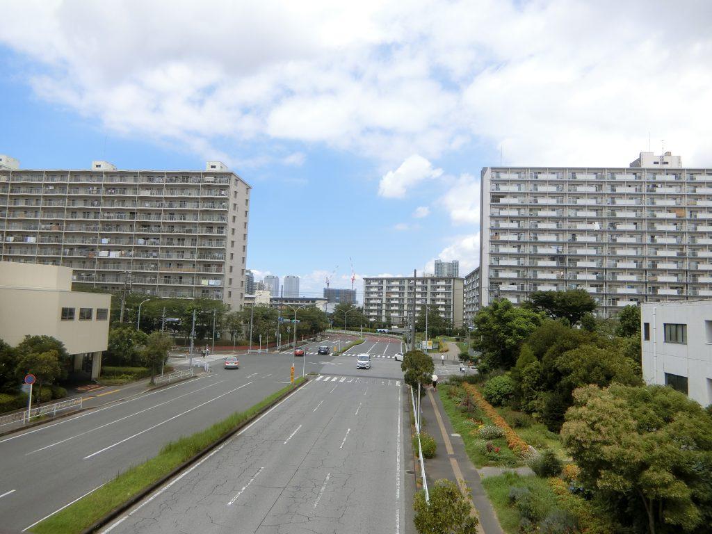 「検見川浜」駅前のデッキから見える「幕張ベイパーク」