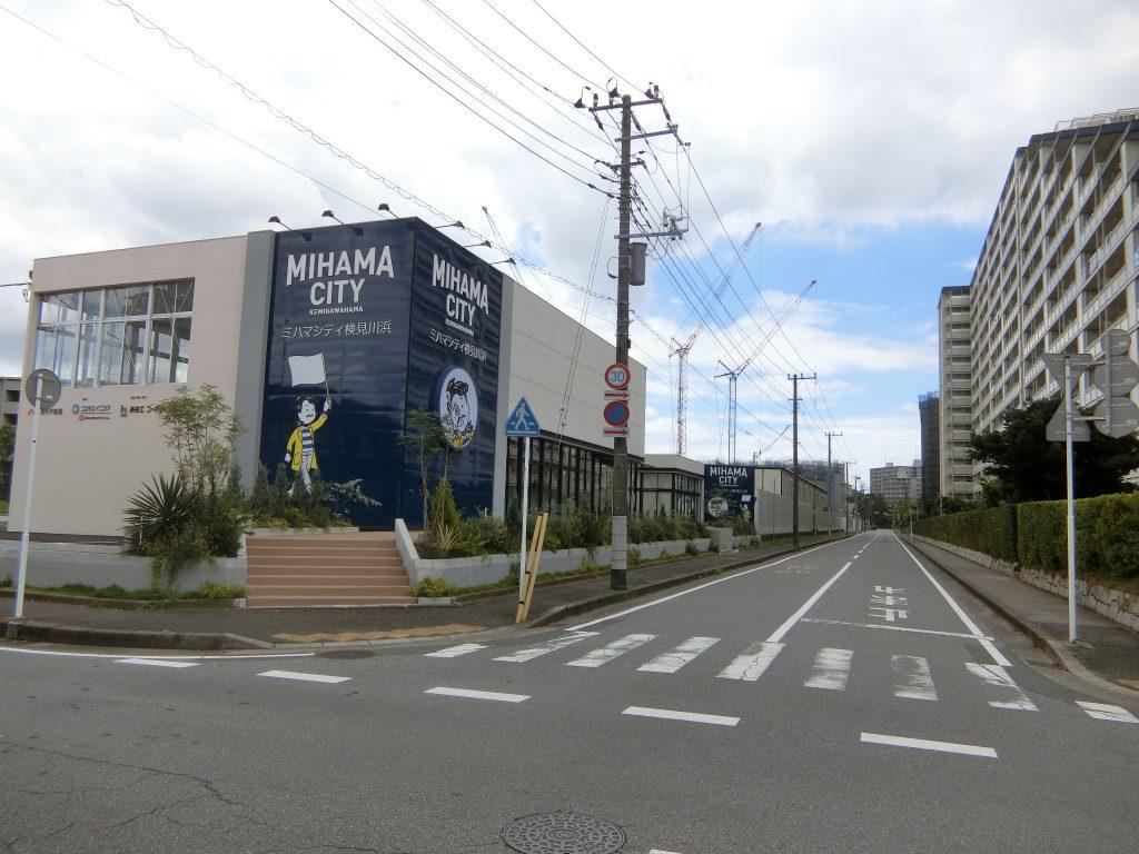 「ミハマシティ検見川浜Ⅰ街区」(右)の販売センターと全体敷地
