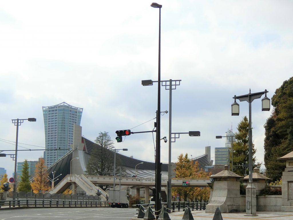 原宿駅前から見た「パークコート渋谷 ザ タワー」と国立代々木競技場(2020年11月撮影)