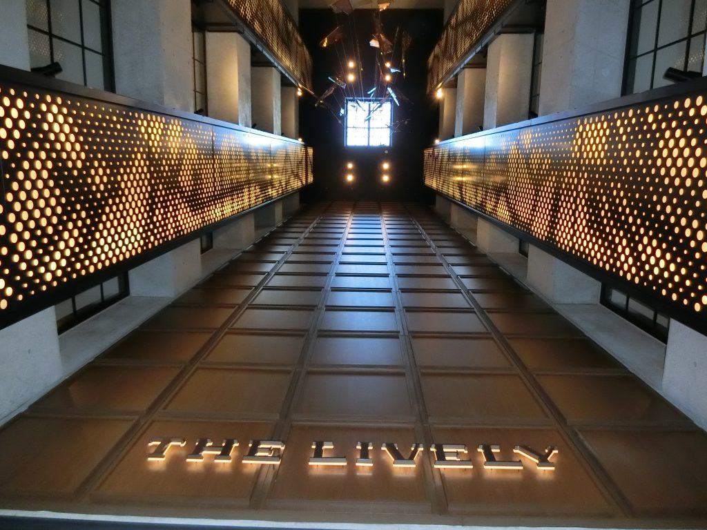 ライフスタイルホテル「THE LIVELY 麻布十番」のロビーの吹抜け