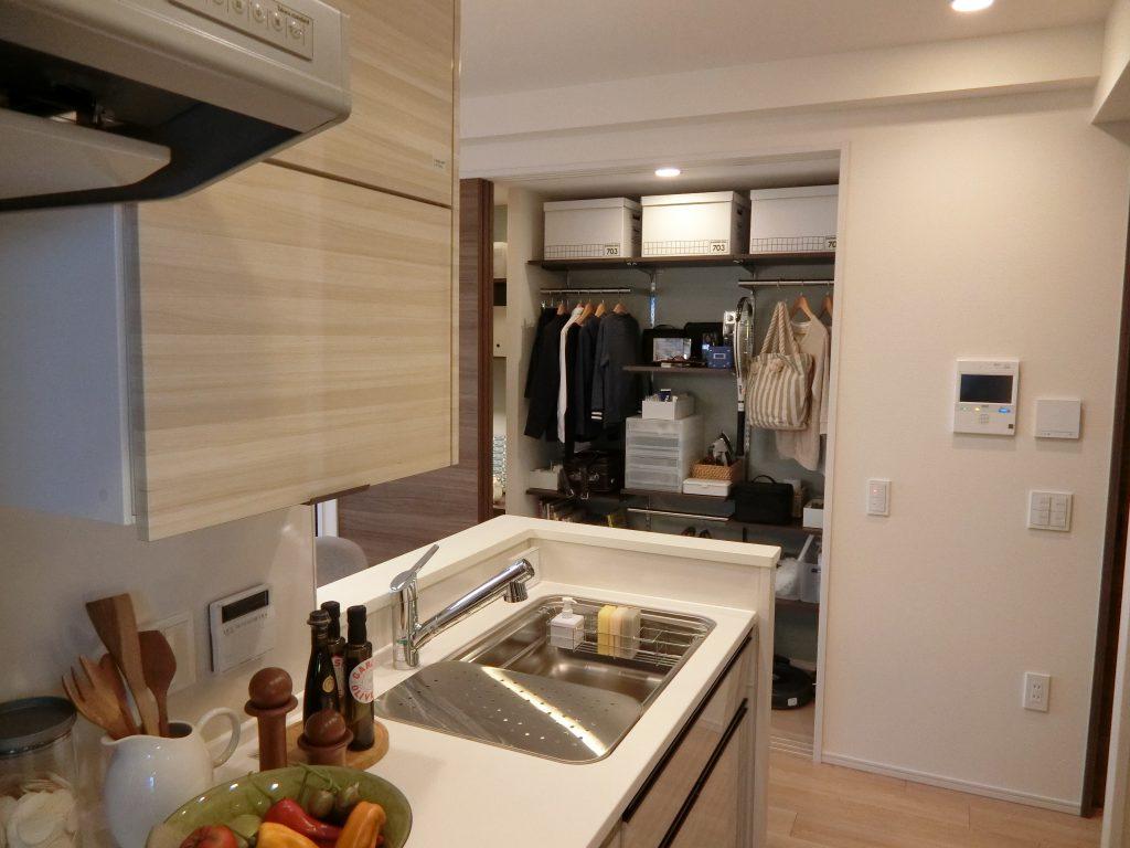 「プラウド中野島」のモデルルーム。スタイル フィット ベースをキッチンから見た様子