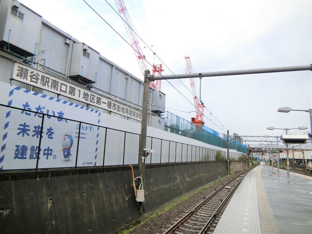 「瀬谷」駅ホームから見た「ライオンズ横濱瀬谷ステーションスクエア」の建設地