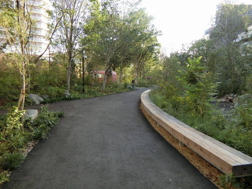 「ののあおやま民活棟」敷地内の散策道