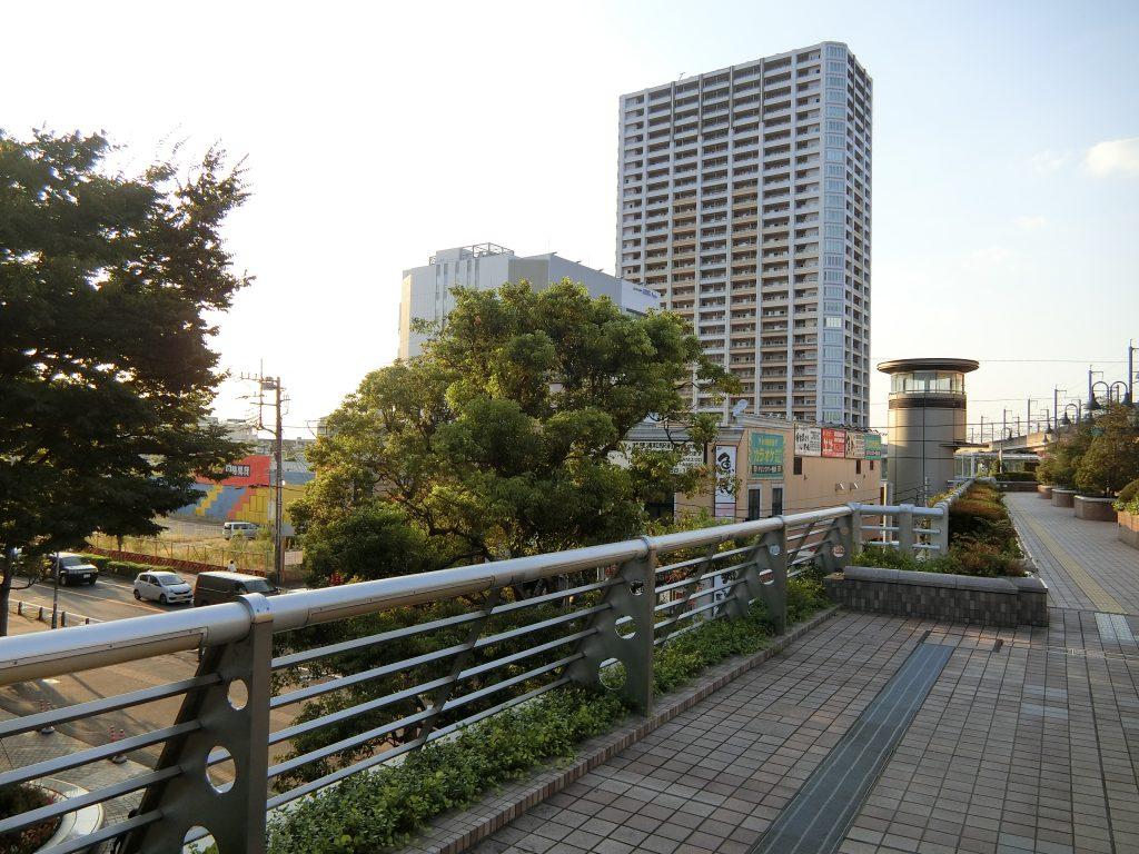(仮称)武蔵浦和駅前計画の開発地(左)と「プラウドタワー武蔵浦和マークス」(右)