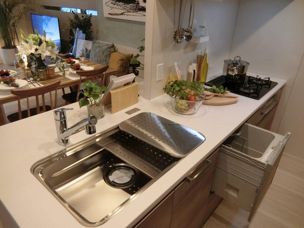 「ザ・パークハウス 横浜新子安フロント」のモデルルームのキッチン