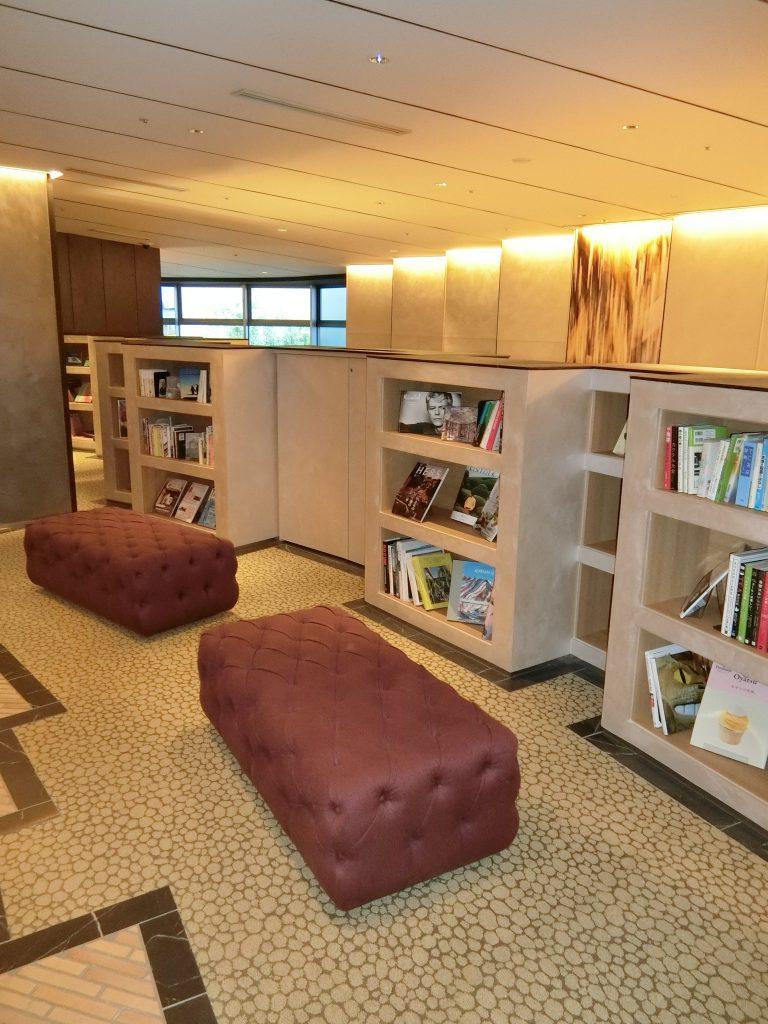ブックラウンジには、書棚があり自由に読書が出来ます。