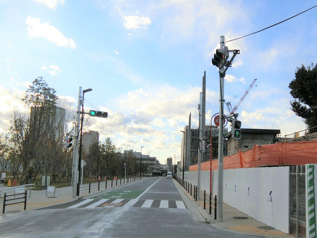 大規模再開発「市谷の杜」の公開空地(左)