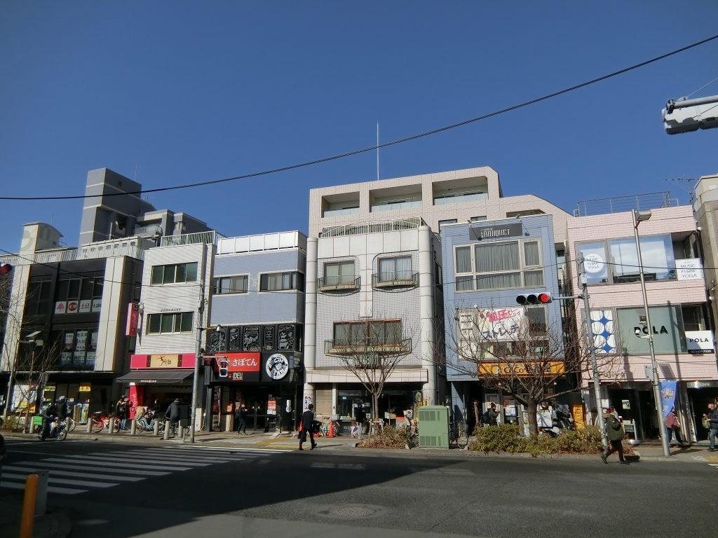 「桜新町」駅前の街路と奥に見える「ブランズ桜新町」