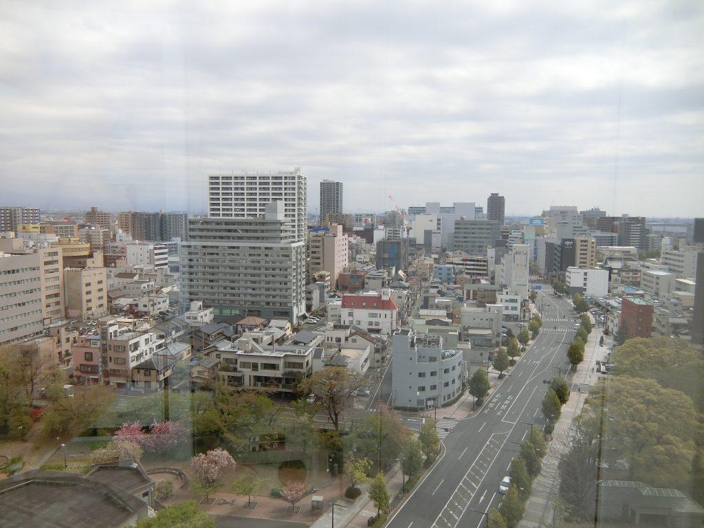 高崎市役所内から見た建設中の「プラウド高崎あら町」(2021年4月撮影)