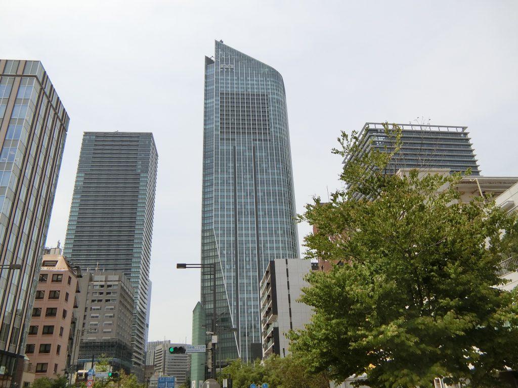 「虎ノ門ヒルズ森タワー」(中央)と「虎ノ門ヒルズレジデンシャルタワー」(右)、「虎ノ門ヒルズビジネスタワー」(左)